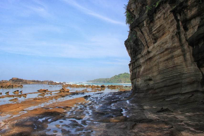 Mengabadikan momen dengan latar yang memukau menjadi aktivitas yang sering dilakukan pengunjung saat berada di Karang Taraje