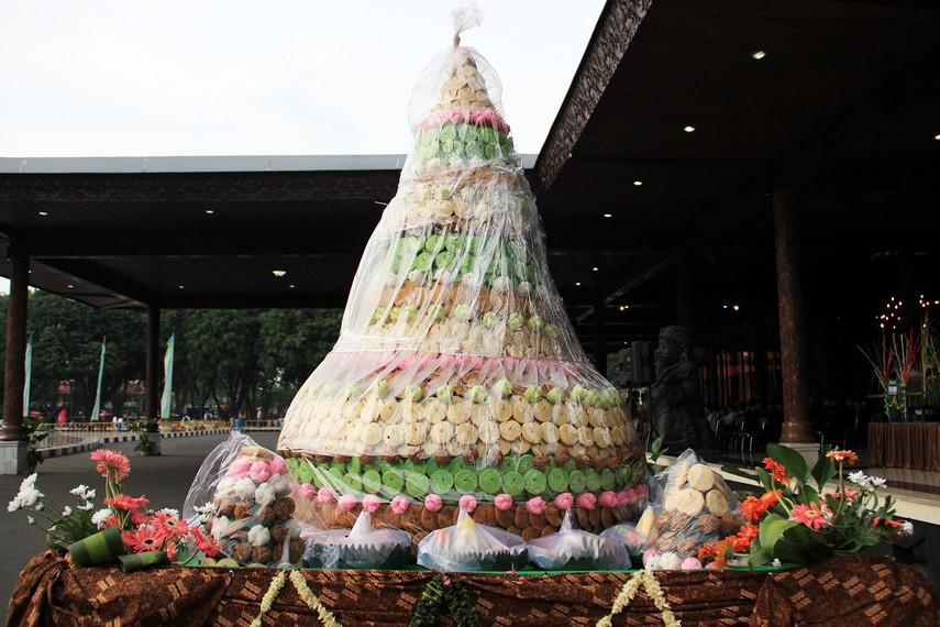 Malam Satu Suro selalu identik dengan gunungan berupa aneka kue jajanan pasar