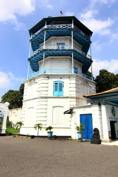 Panggung Sangga Buwana merupakan menara 5 lantai. Konon, bangunan ini merupakan tempat semedi raja untuk bertemu dengan Nyi Ratu Kidul