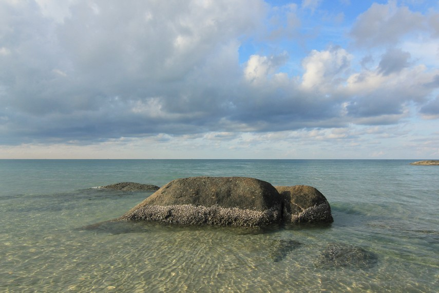 Pantai Matras memiliki air yang jernih serta ombak yang tenang untuk dinikmati