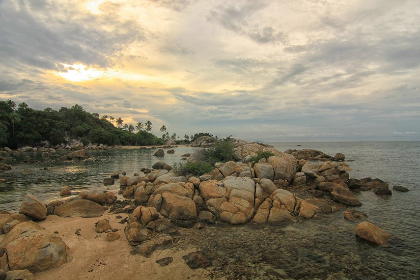 Pantai Parai Tenggiri memiliki ombak yang tenang dan pengunjung dapat menikmati bermain air di area pinggir pantai