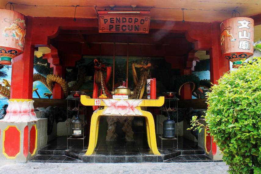 Pendopo Pecun dengan perahu naga berwarna merah-kuning. Konon, Perahu ini sumbangan seorang tuan tanah di Tangerang, Oey Giok Koen