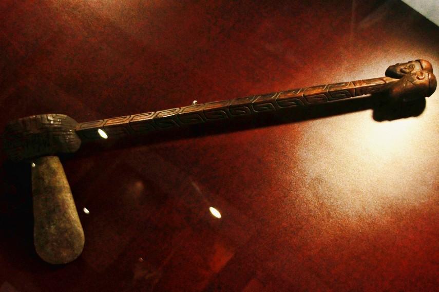 Perpaduan senjata tradisional dengan seni ukir Suku Asmat menjadikan kapak batu ini nampak bernilai estetis