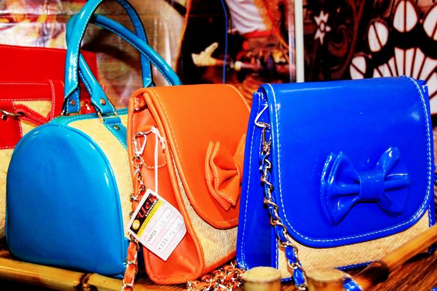 Rotan juga dapat dipadukan dengan kulit sehingga menjadi tas yang mampu berfungsi secara praktis maupun estetis
