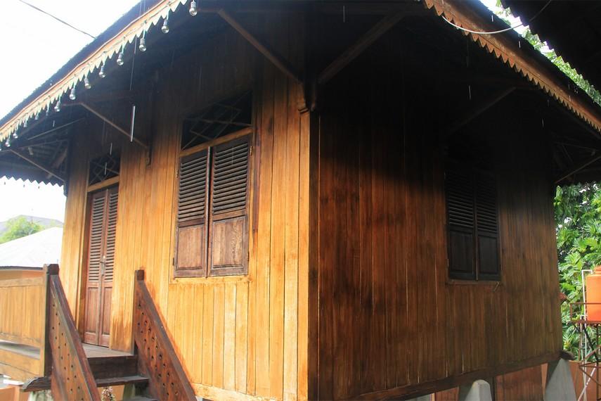 Rumah penjaga yang berada persis di belakang rumah dan terpisah dari rumah utama