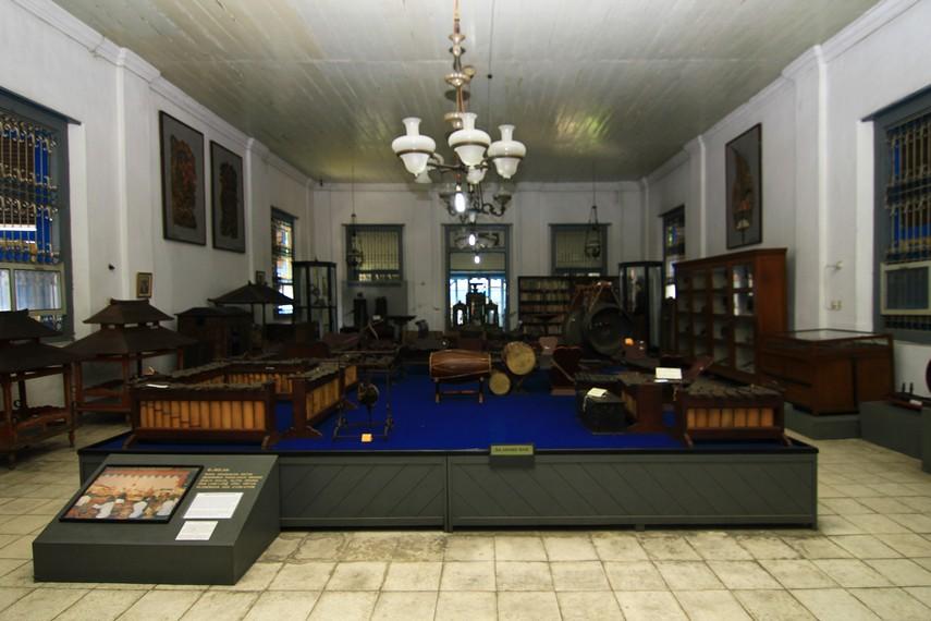 Salah satu koleksi yang ada di Ruang Etno adalah satu set gamelan milik Kanjeng Adipati Sosrodiningrat IV. Ada pula alat tenun dan genderan