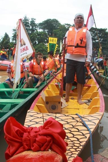 Selain tradisi perahu naga, perayaan peh cun juga diramaikan tradisi lainnya seperti lempar bebek dan mendirikan telur