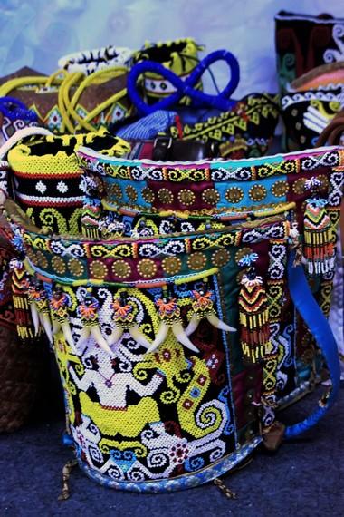 Tas gendong Suku Dayak yang digunakan untuk membawa hasil ladang atau menggendong bayi