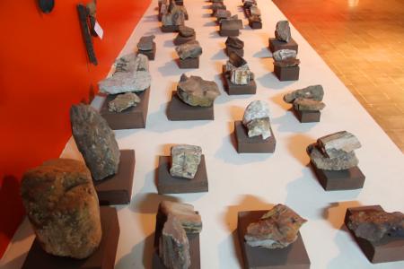 Bebatuan alam yang dipajang tertata rapi di salah satu sudut museum