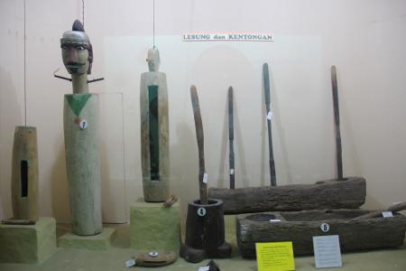 Berbagai macam kentongan dari berbagai daerah di nusantara dapat dilihat di museum ini