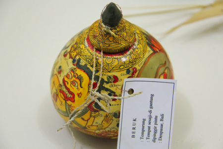 Tempurung sebagai tempat sesaji dari Bali salah satu bagian dari koleksi museum