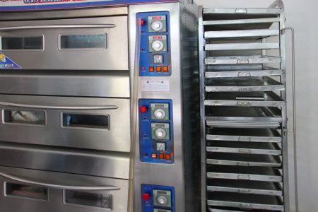 Oven yang digunakan untuk memanggang roti. Roti unyil dibuat dari bahan pilihan dan rasa yang bervariasi