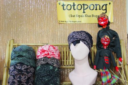 Jika di Bali ada udeng, di Jawa ada blangkon, masyarakat Sunda juga mempunyai tutup kepala tradisional bernama totopong