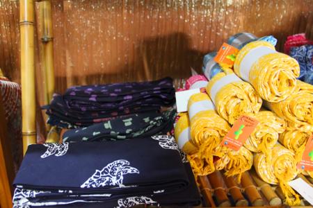 Pada dasarnya, totopong merupakan kain batik Sunda berbentuk persegi yang dibentuk menjadi tutup kepala dengan beraneka variasi