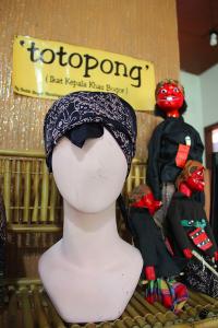 Totopong dijual dengan harga sekitar Rp20.000 per lembar, tergantung pada motif batik yang digunakan