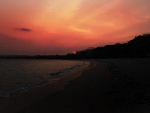 Pantai Embe, Rehat Sejenak Menikmati Keindahan Teluk Belantung