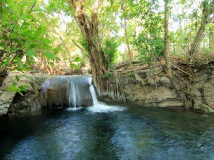 Bermain dan Bergelantungan di Air Terjun Diwu Mba'i