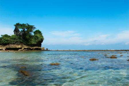 Ciri khas Pantai Balekambang adalah Batu karang yang  menjadi dekorasi yang terlihat indah