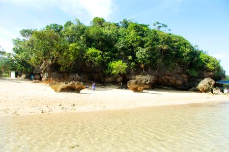 Di pesisir pantai ini, terdapat tiga batu karang besar yang disebut pulau oleh masyarakat setempat