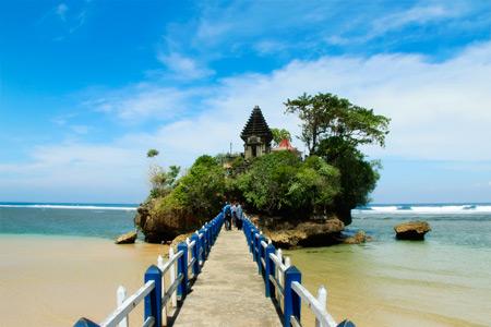 Jalan menuju Pura di Pulau Ismoyo