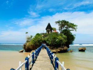 Pantai Balekambang, Pesona Pantai Dengan Keelokan Karang dan Pura