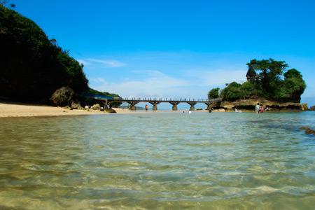 Pantai Balekambang sangat bersahabat bagi pengunjung yang menyukai berjalan di tepi pantai