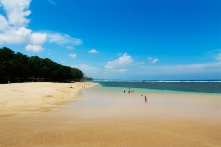 Pantai Balekambang terletak di Kecamatan Bantur, Malang