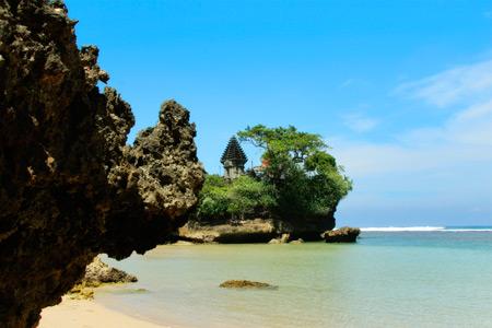 Pura di Pulau Ismoyo dilihat dari tepi pantai Balekambang