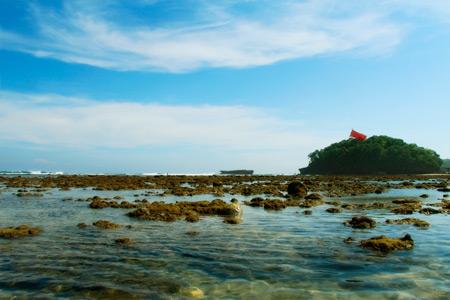 Saat air surut, karang-karang di Pantai Balekambang bermunculan