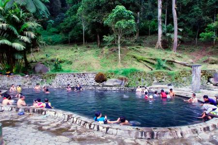 Pemandian Air Panas Cangar terletak di kawasan Taman Hutan Rakyat R. Soerjo