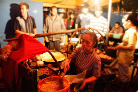 Walau tidak pernah menyandang nama, kedai nasi goreng ini sangat terkenal di Malang