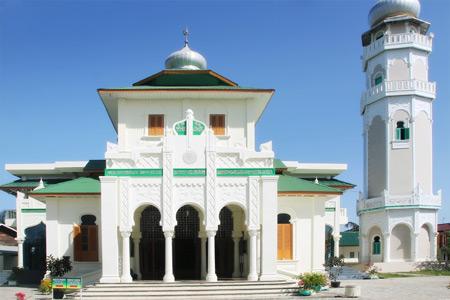 1367_thumb_1._Masjid_Baiturrahim_merupakan_tempat_wisata_ziarah_tsunami_sekaligus_tujuan_wisata_sejarah.jpg
