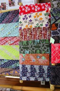 Omzet penjualan kain batik Sunda di Dekranasda bisa mencapai ratusan ribu setiap bulannya