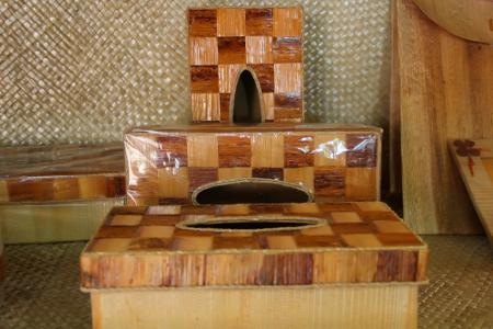 Salah satu kerajinan tangan yang di buat dari bahan-bahan tidak terpakai terpajang di pusat kerajinan Dekranasda Bogor