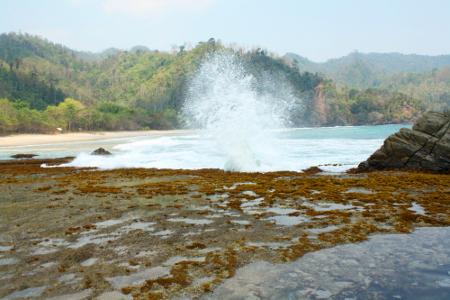 Deburan ombak yang membentur batu karang menjadi pemandangan menarik di Pantai Pasir Putih Kiluan