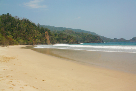 Masyarakat di sekitar area pantai menyebut pantai ini pantai dengan sebutan Pantai Pasir Putih