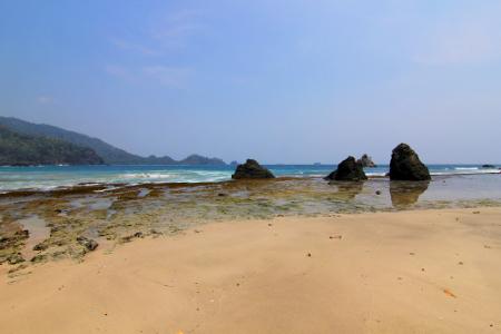 Pemandangan pantainya yang eksotis menjadikan Pantai Pasir Putih Kiluan menjadi salah satu daya tarik bagi wisatawan