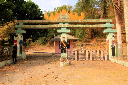 Gerbang masuk bagi pengunjung menuju kawasan Pantai Wartawan