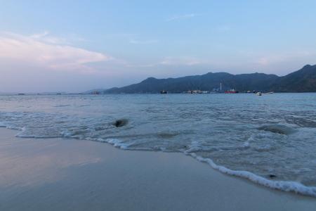 Posisinya yang terisolir di tengah pulau membuat Pantai Pulau Condong terlihat sangat asri