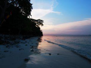 Menikmati Pasir Putih dan Matahari Terbenam di Pulau Condong