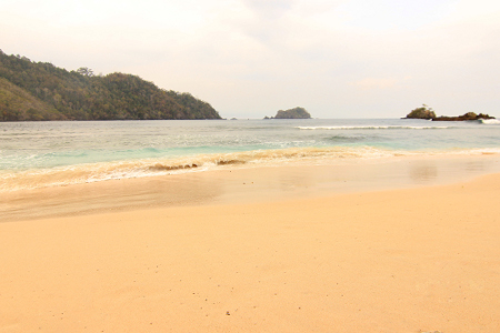 1388_thumb_Pantai_dengan_pasir_putih_di_Pulau_Kiluan_menjadi_daya_tarik_tersendiri_bagi_para_wisatawan.jpg