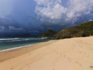 Berselancar di Pantai Tersembunyi