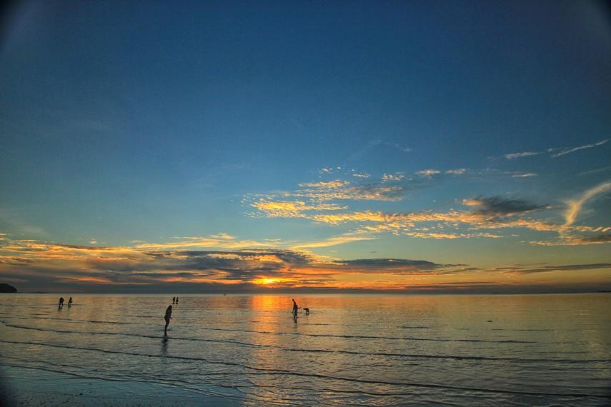 Saat terbaik berkunjung ke Pantai Tanjung Pendam adalah saat senja sambil memandangi indahnya matahari