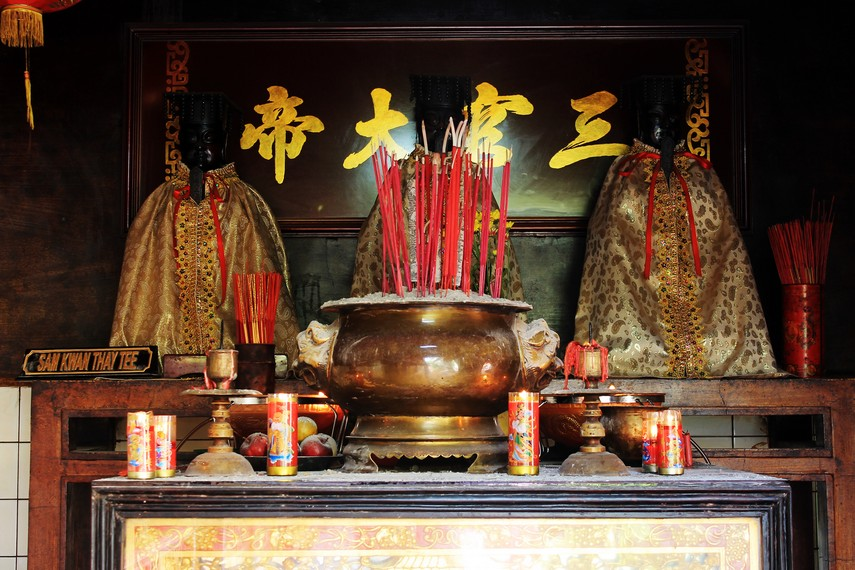 Altar Sam Kwan Tay Thee (Penguasa Tiga Alam). Ketiga alam yang dimaksud adalah langit, bumi, dan air