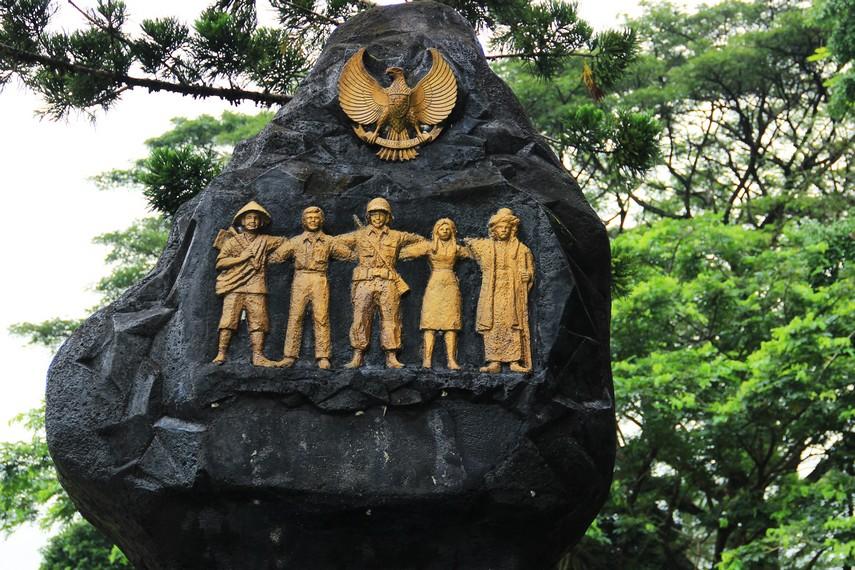 Batu hitam dengan 5 pilar masyarakat Indonesia memiliki makna masyarakat membela kepentingan bangsa dan negara diatas kepentingan sendiri