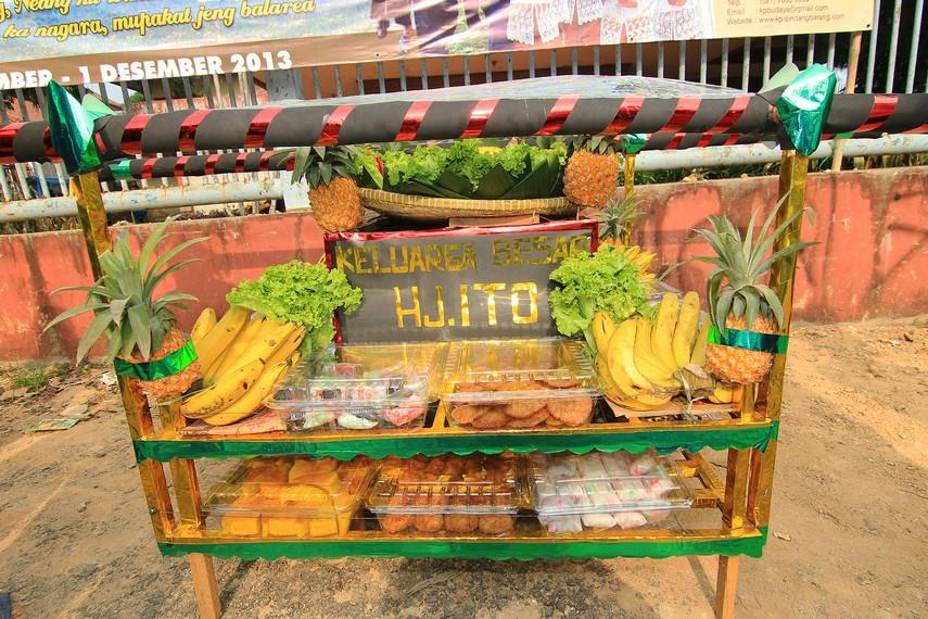 Berbagai dongdang yang akan diarak merupakan sumbangan dari masyarakat sekitar Kampung Budaya Sindang Barang