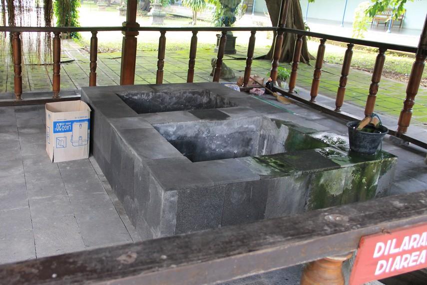 Di bagian taman, terdapat sumber air yang merupakan tempat persemedian Pakubuwono IX. Air di sini dipercaya dapat membuat awet muda