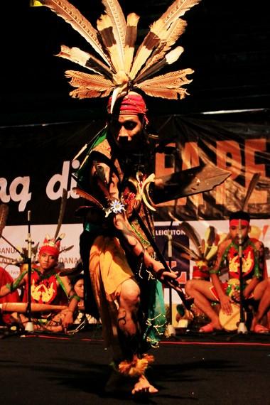 Hentakan alat musik garantung membuat penonton ikut larut dalam atmosfer pertarungan dua orang prajurit Dayak