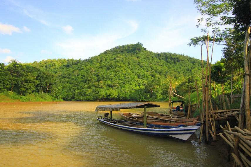 Terdapat 2 rute yang dapat digunakan yaitu menggunakan perahu dengan waktu tempuh 5 menit dan berjalan kaki dengan memakan waktu sekitar 25 menit