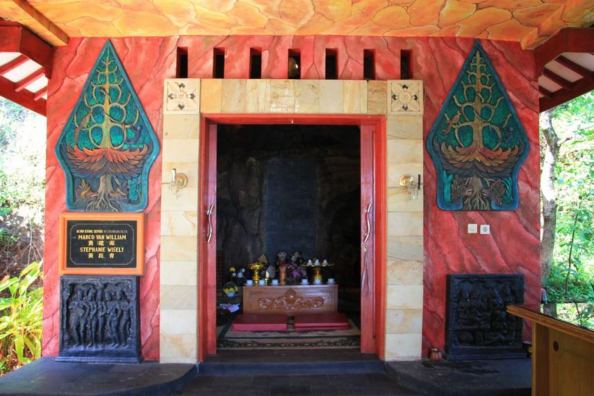 Sentuhan budaya Jawa sangat terasa di vihara ini salah satunya bisa kita lihat pada altar Semar